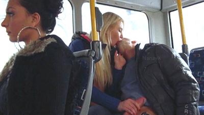 devushka-podrochila-v-avtobuse