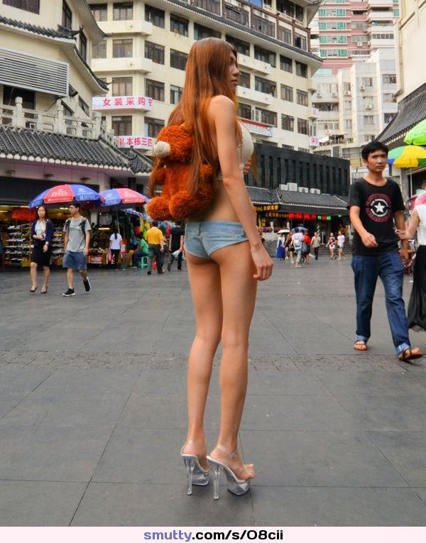 Грудастая особа обнажает свои формы в публичных местах  515927