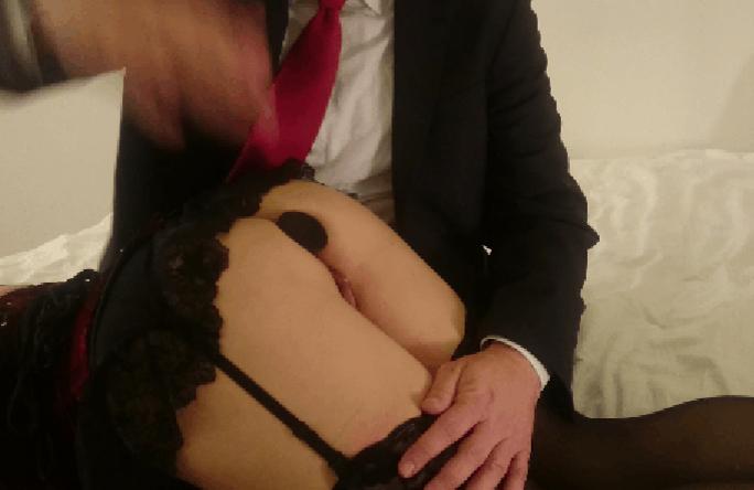 Фото парень шлепает девушку по попе 86414 фотография