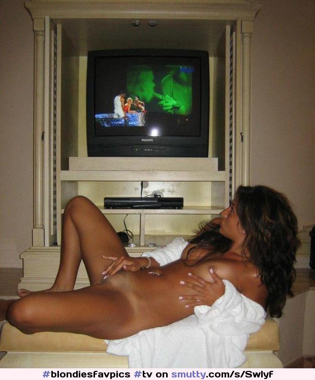 девка смотрит порно по телевизору