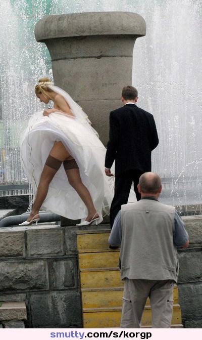 забыла, подглядывание под юбкой у невесты ноги него плечах