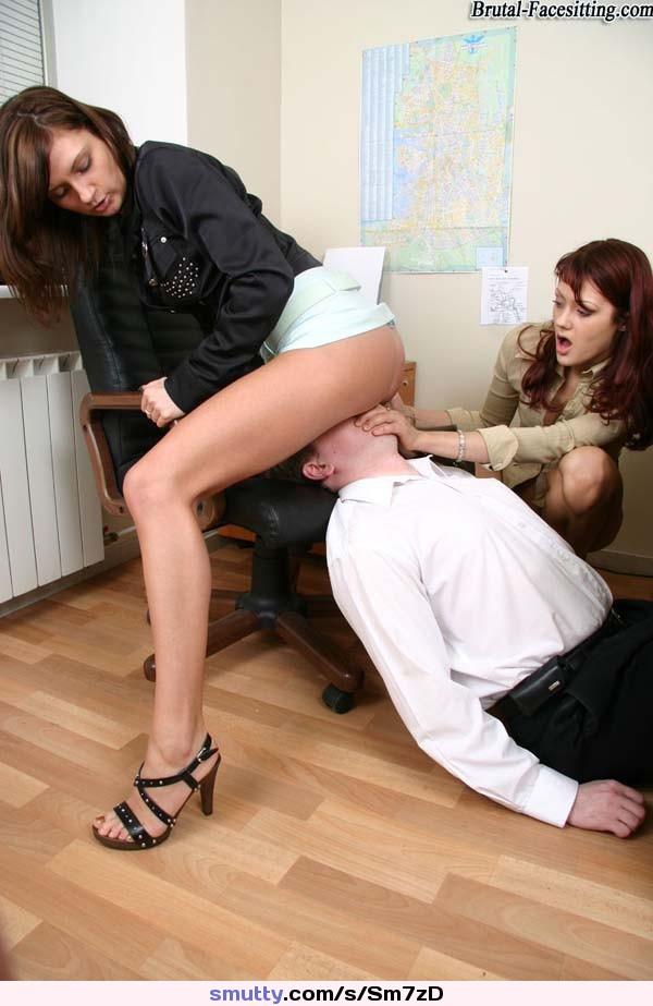 Массажисткой отлизывает под юбкой негр рот секс