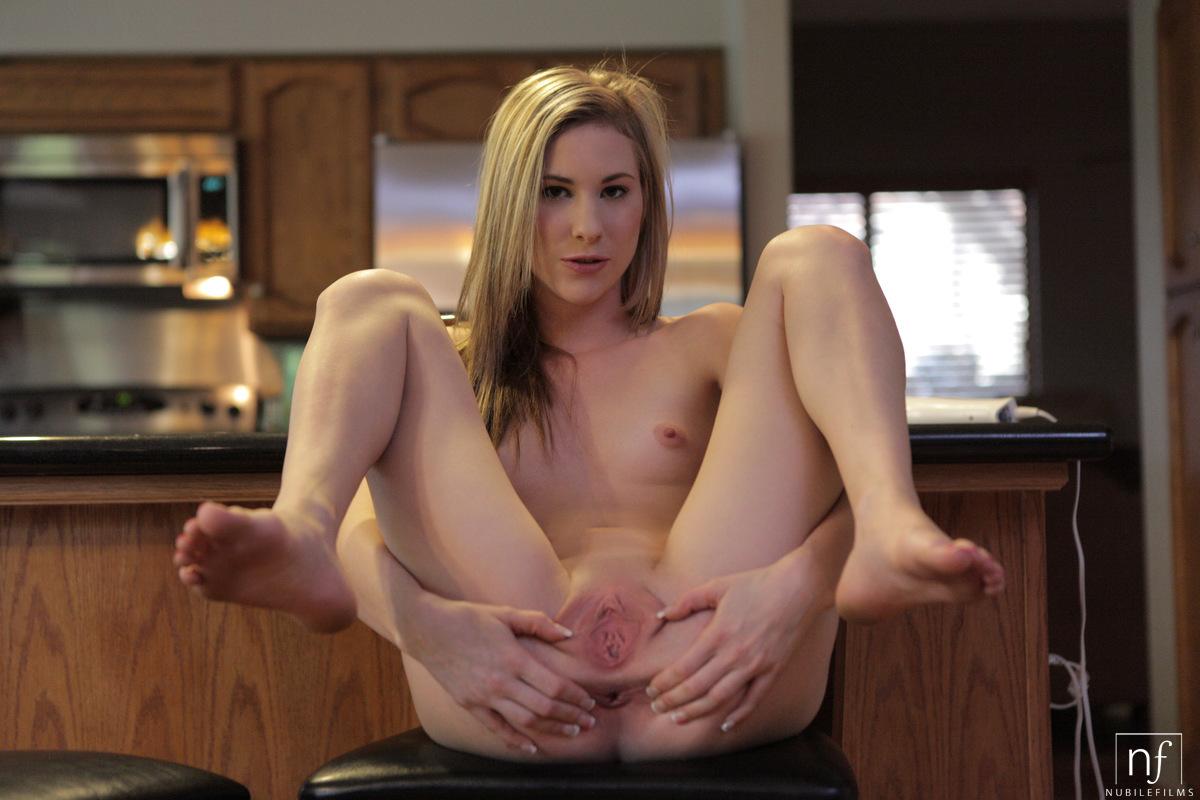 Riesigen einen Schwanz im und reitet Juggs Blondine Schlafzimmer mit Junge massiven ihn deepthroatt photo 2
