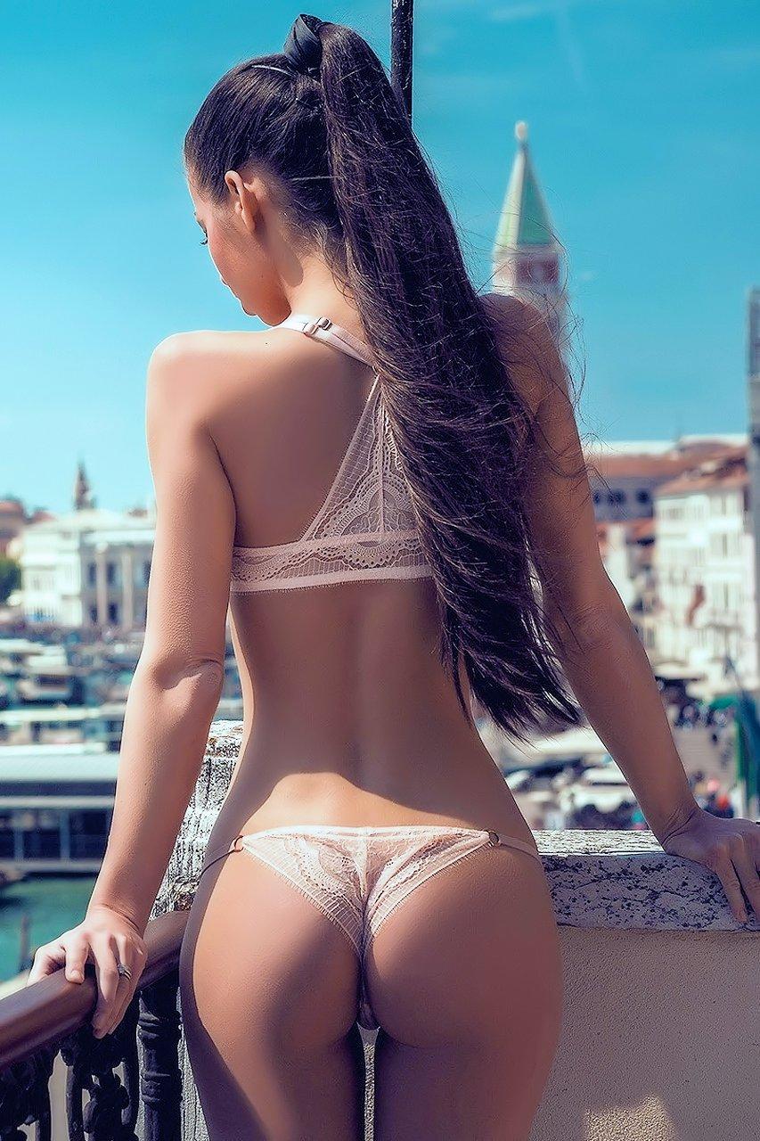 Ich ficke meine heiße nackte Nachbarin, nachdem sie dabei erwischt wurde, wie sie ihre großen natürlichen Titten ausspioniert photo 3