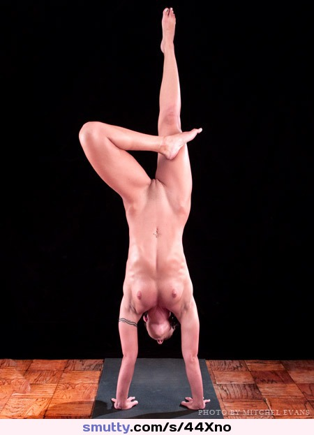 #fit #yoga #nudeyoga #contortionist #contortion #flexible #smalltits #Wenona #handstand