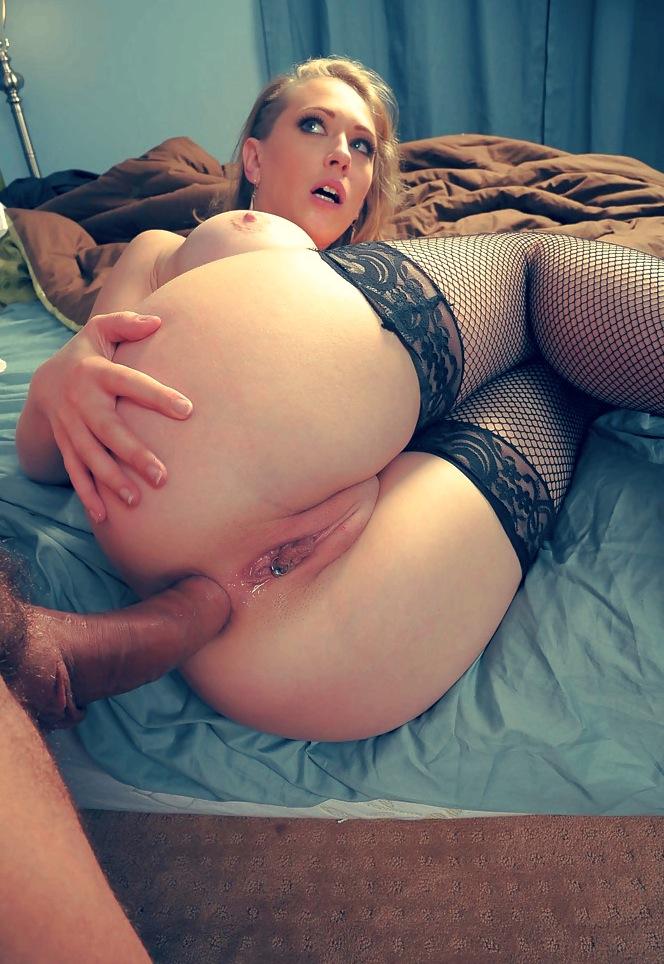 Gina Valentina lutscht den großen Schwanz und leckt Eier photo 3