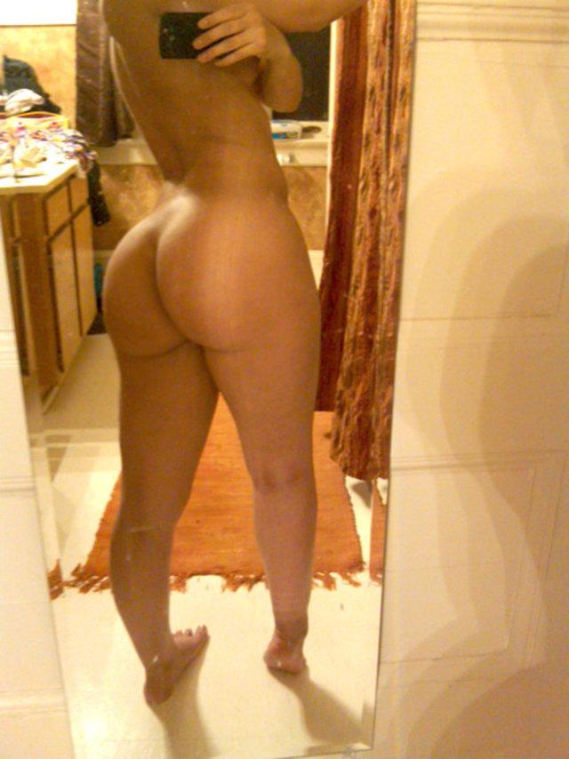 Und Babe nackt Sexy aus sich zieht masturbiert blonde photo 2