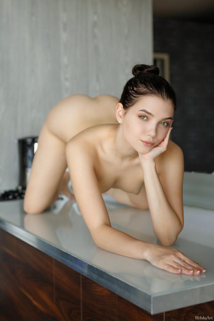 Die geile 18-jährige Tochter seiner Freundin ist eine verdammte Nymphomanin, die sich nach seinem harten Schwanz sehnt! photo 3