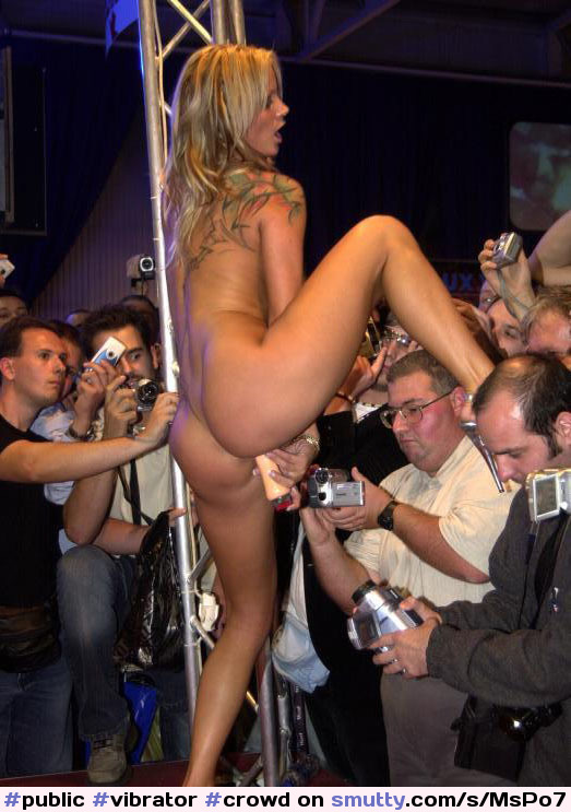 стриптизерша отдается клиентам на сцене