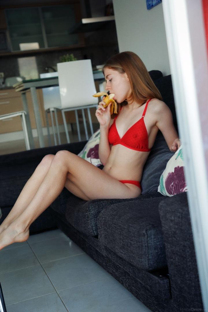 Nackte Freundin mit großen natürlichen Titten spritzt und fickt mit ihrem Freund im ganzen Haus photo 3