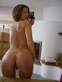 Selfshot nude mom ass