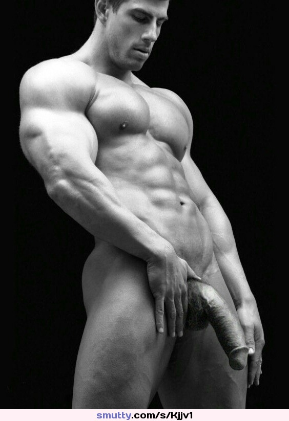 Накаченный мужчина с членом голым