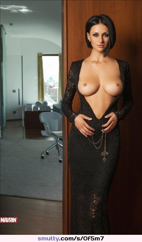 Das kleinste junge sexy nackte Mädchen wird von einem großen Schwanz gefickt photo 3