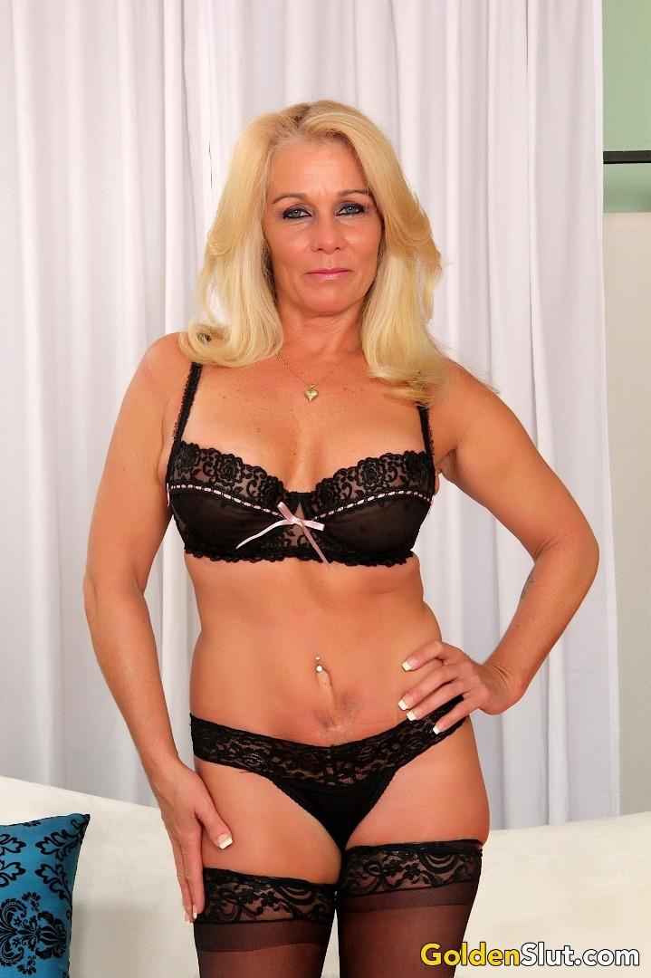 Nachdem sie sich ins Badezimmer geschlichen hat, bemerkt die Schlampe, dass ihr Mann der besten Freundin völlig nackt da ist photo 3